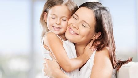 親子や家族間で行うハグの効果