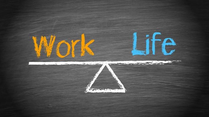 楽しく生きることを考えるために、今すぐやめるべき2つのこと