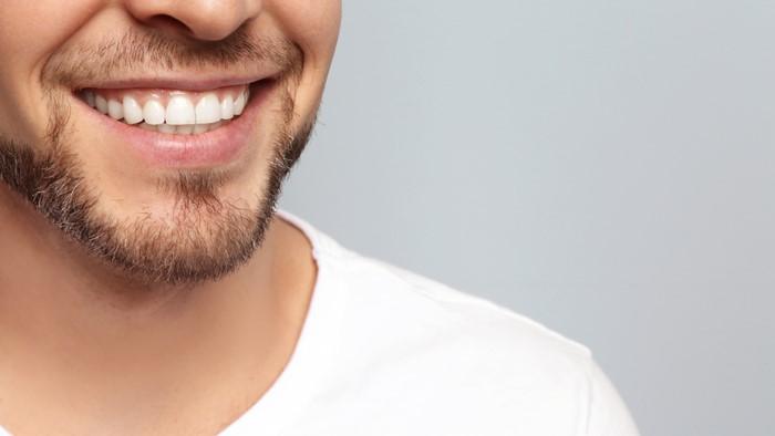 白い歯が綺麗に並んでいる