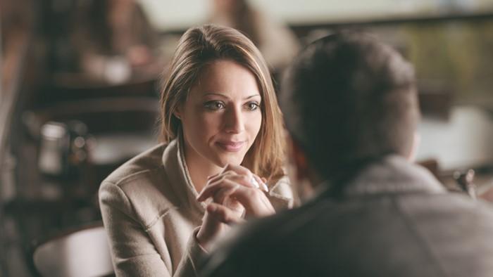 男性の目をじっとみて話を聞く女性はあなたにとってどんな立場の人?